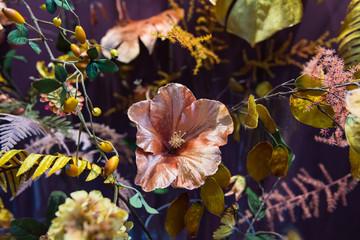 Ausschnitt eines Deko-Blumen-Arrangements