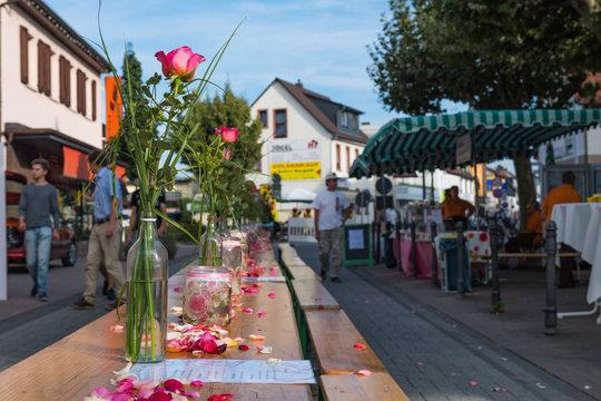 Blick über einen Tisch bei einem Streetfoodfestival