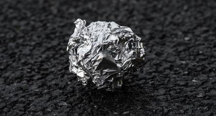 Zerknüllte Silberfolie aus der Straße