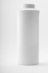 flacon de talc blanc sur fond blanc