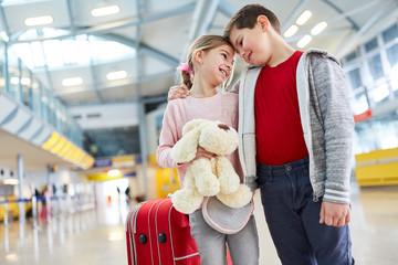 Junge und Mädchen als erste Liebe im Flughafen