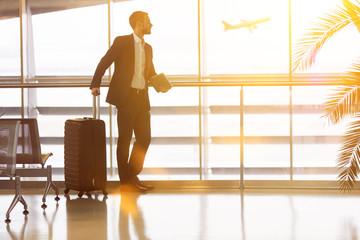 Geschäftsmann auf Reisen am Flughafen im Sommer