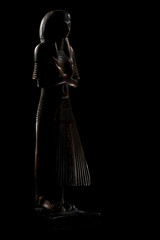 statuette égyptienne dans le noir