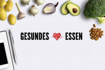 """gesunde Lebensmittel auf weißem Untergrund mit Aufschrift """"Gesundes Essen"""""""