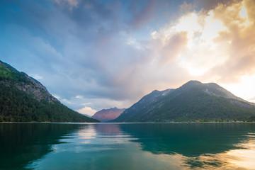 Sommer Sonnenuntergang am See in den Bergen