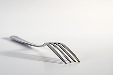 posate acciaio su fondo bianco forchetta