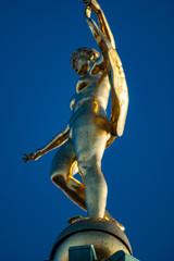 Goldene Statue der Fortuna auf der Kuppel des Schloss Charlottenburg in Berlin