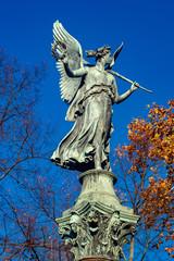 Engelstatue auf hohem Podest in den Schlossgärten Charlottenbrug Berlin