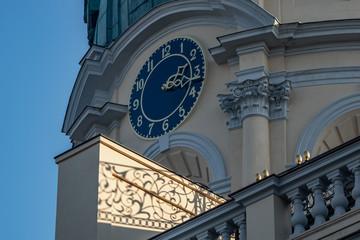 Detailaufnahme der Kuppel und Wanduhr am Schloss Charlottenburg in Berlin