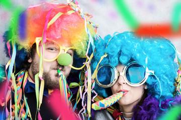 Karnval Fasching Paar hat Spaß mit Luftschlangen und Konfetti