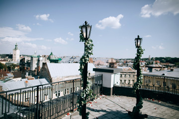 arch for the wedding ceremony on the roof of the house