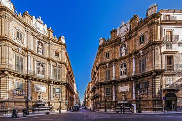Quattro Canti der Altstadt von Palermo mit ihren engen Gassen