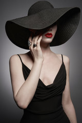Photo sur Aluminium womenART portrait of young lady with black hat and evening dress