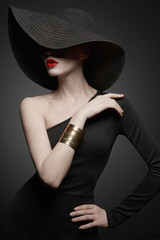 Foto auf AluDibond womenART portrait of young lady with black hat and evening dress