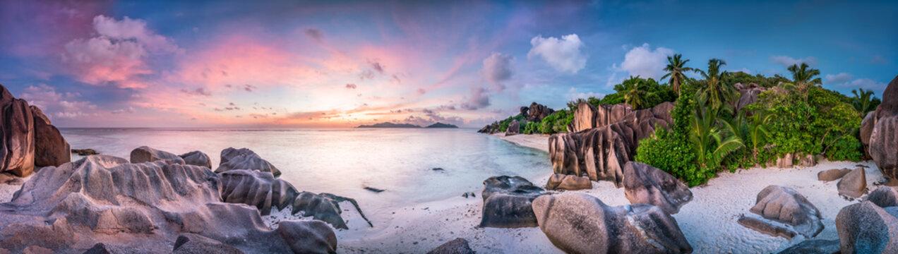 Sonnenuntergang am Strand Anse Source d'Argent, Seychellen