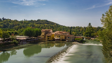 Ein Dorf am Flus mit Wasserfall