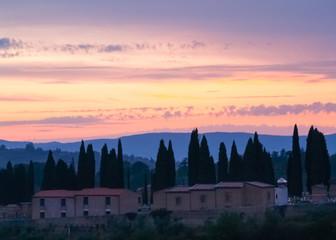 Sonnenuntergang in der Landschaft der Toskana Italiens
