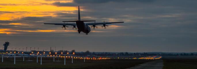 Tuinposter Militärisches Transportflugzeug