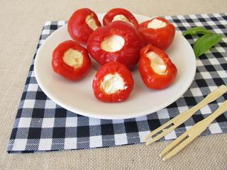 Recess Fitting Appetizer Mit Frischkäse gefüllte scharfe, rote Kirschpaprika