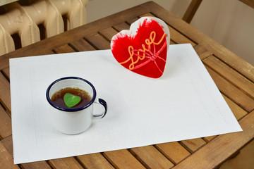 Walentynkowa kartka, kubek herbaty z zielonym listkiem.