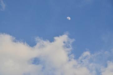 パキスタンのスカルドゥ 美しい青空と雲と月
