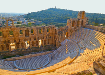 Poster de jardin Athenes Panoramic view of the Odeon of Herodes Atticus at the Acropolis of Athens, Greece. It is one of the main landmarks of Athens. Scenic panorama of Herod Atticus Odeon overlooking Athens city