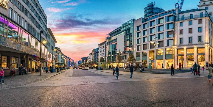 Panorama der Innenstadt in Pforzheim bei Sonnenuntergang