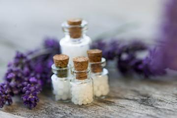 Globuliflaschen vor Lavendel