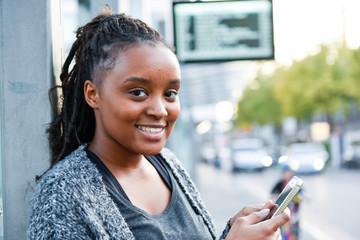Jugendliche mit Smartphone in der Hand