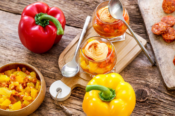 verrines de poivrons jaunes et rouges et chorizzo