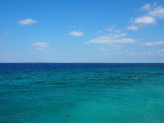 ターコイズブルーの透明な海と水平線