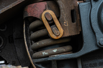 Eisenfeder an einem Schienenfahrzeug