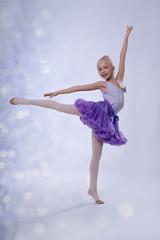 junge Ballerina tanz im Ballettstudio