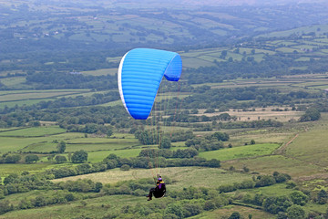Fototapete - Paraglider flying in the Brecon Beacons