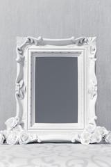 ornamente Rahmen für Bilder mit Freiraum und weißen Rosen auf Tisch für hochzeit