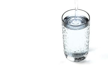 水が注がれるコップの3Dイラスト