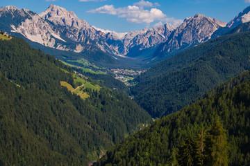 Veduta panoramica del piccolo villaggio alpino di San Vigilio di Marebbe nell dolomiti dell'Alto Adige