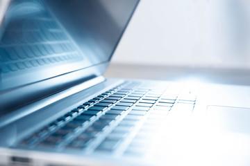 Seitenansicht eines Laptops
