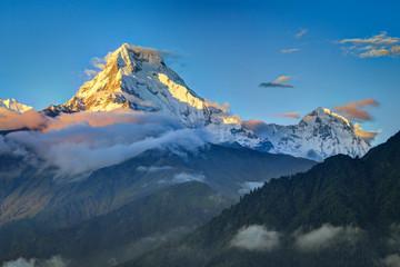 Sonnenuntergang am wolkenverhangenen Annapurna