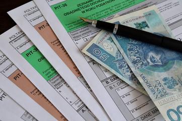Formularze PIT, pióro i pieniądze