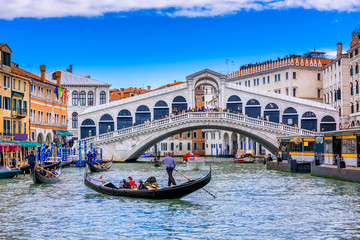 Photo sur Aluminium Venise Rialto bridge and Grand Canal in Venice, Italy. View of Venice Grand Canal with gandola. Architecture and landmarks of Venice. Venice postcard