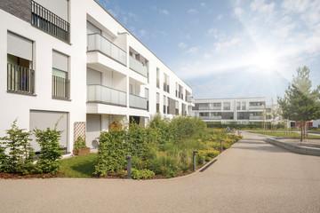 Moderne Wohnhäuser in der Stadt, Konzept Immobilien Investment Finanzierung