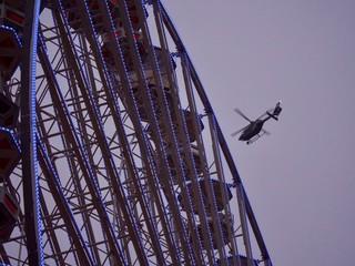 Grande roue et hélicoptère