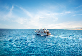 Fototapete - Pleasure boat in Sea