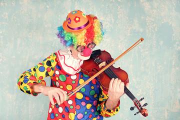 lustiger Clown mit Geige