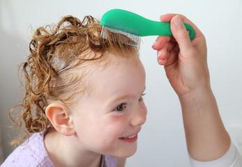 Laeusekamm in Haaren von Kind