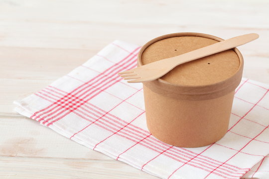 Kraft paper soup bowl with lid and wooden fork