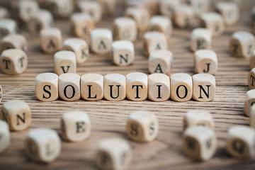 """Würfel mit Wort """"Solution"""" auf Holzuntergrund"""