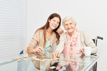 Wall Mural - Alte Frau und Mädchen spielen Domino