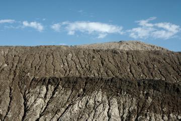bergbaufolgelandschaft vor blauem himmel